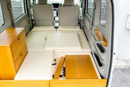 軽キャンピングカーちょいCam梓のシンプル装備 折り畳みテーブルはベッドマット下にスッキリ収納