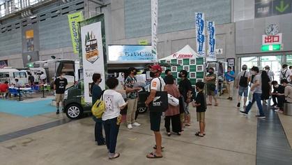 軽キャンピングカーちょいCamが出展する九州キャンピングカーショー 2020でちょいCamを見る人々