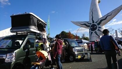軽キャンピングカーちょいCamが展示されているMOTOR CAMP EXPO 2020 in 万博記念公園(ちょいCamとお客様)