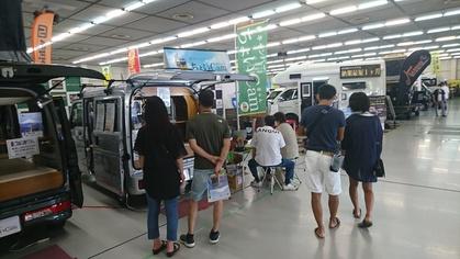 軽キャンピングカーちょいCamが出展する広島キャンピングカーフェア2020で軽キャンパーちょいCamを見ている人々