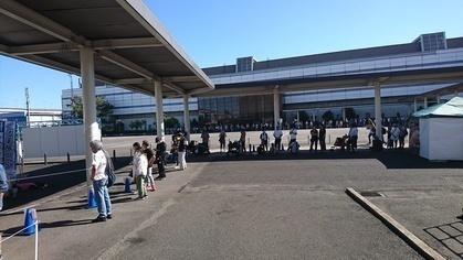 軽キャンピングカーちょいCamが出展する名古屋キャンピングカーフェア2020 Autumnへの入館を待つ人々